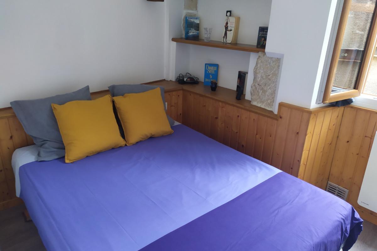 Coin nuit : composé d'un lit deux personnes de 140x190. Fenêtre donnant sur une petite placette. - Location de vacances - Aix-les-Bains