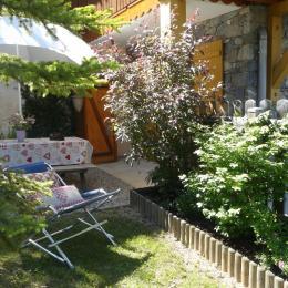 extérieur privatif, clôturé et place de parking privé de la location Casareva : terrasse et jardin aménagé. - Location de vacances - Valloire