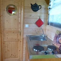 Roulotte des Greppes: le coin cuisine. - Location de vacances - Bloye