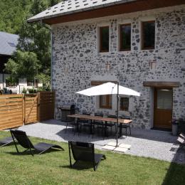 Entrée, cour et jardin prvé - Location de vacances - Faverges