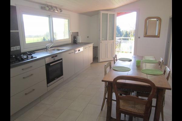 La cuisine donnant sur la terrasse - Location de vacances - Mésigny