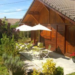 le chalet avec sa terrasse et le jardin - Location de vacances - Amancy