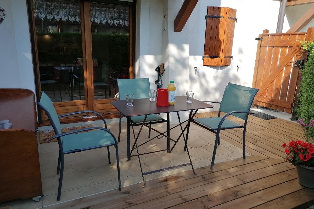 Appartement à Praz sur Arly - Pièce de vie avec accès terrasse  - Location de vacances - Praz-sur-Arly