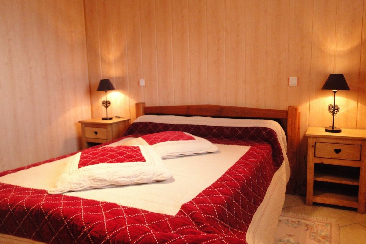Location chalet à Thollon les Mémises - vue Lac Léman - Haute Savoie - Chambre lit double - Location de vacances - Thollon-les-Mémises