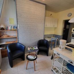 coté cuisine , retour salon et coté chambre, le studio 30m2 - Location de vacances - Saint-Pierre-en-Port