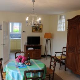 Le salon du Maupas avec l'entrée à gauche et la cuisine à droite - Location de vacances - Étretat