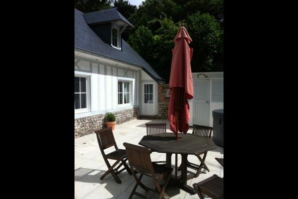 terrasse avec salon de jardin - Location de vacances - Saint-Valery-en-Caux