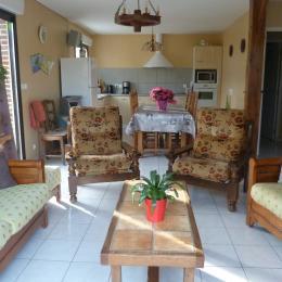 vue d'ensemble cuisine ouverte et salon - Location de vacances - Bordeaux-Saint-Clair