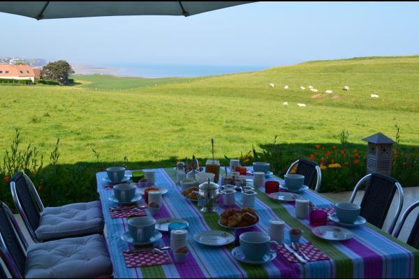 Petit déjeuner sur la terrasse, selon le temps