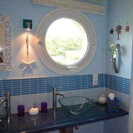 Salle d'eau avec double vasques - douche de plein pied - Chambre d'hôte - Sainte-Marguerite-sur-Mer