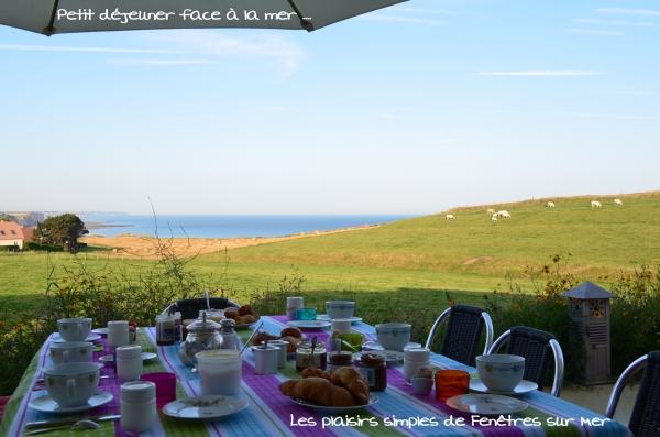 Petit-déjeuner dehors, face à la mer