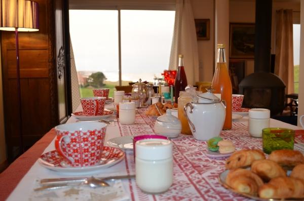 Petit-déjeuner, près de la cheminée