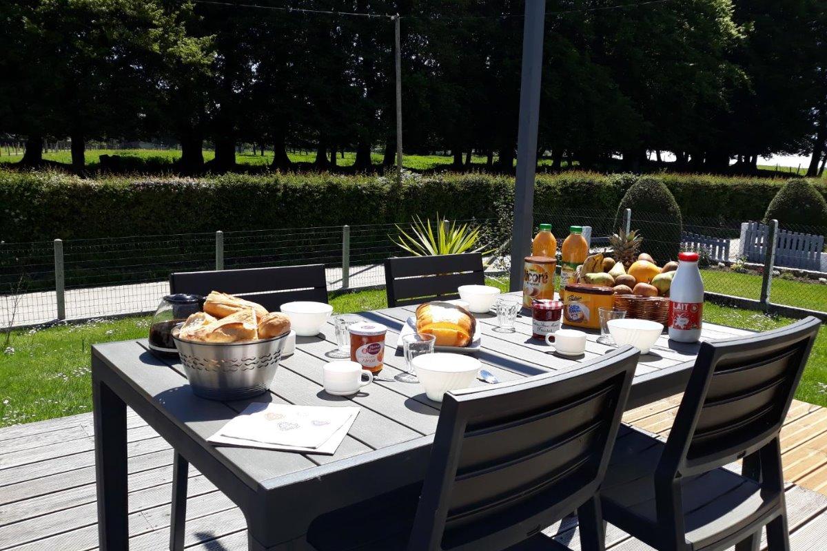 C'est l'heure du petit déjeuner, pourquoi ne pas profiter du soleil en terrasse, en toute tranquillité avec seulement le chant des oiseaux - Location de vacances - Saint-Pierre-en-Val