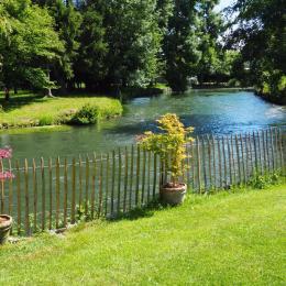 Le clapotis de l'eau : La Bresle coule dans le jardin au pied de la maison. - Location de vacances - Incheville