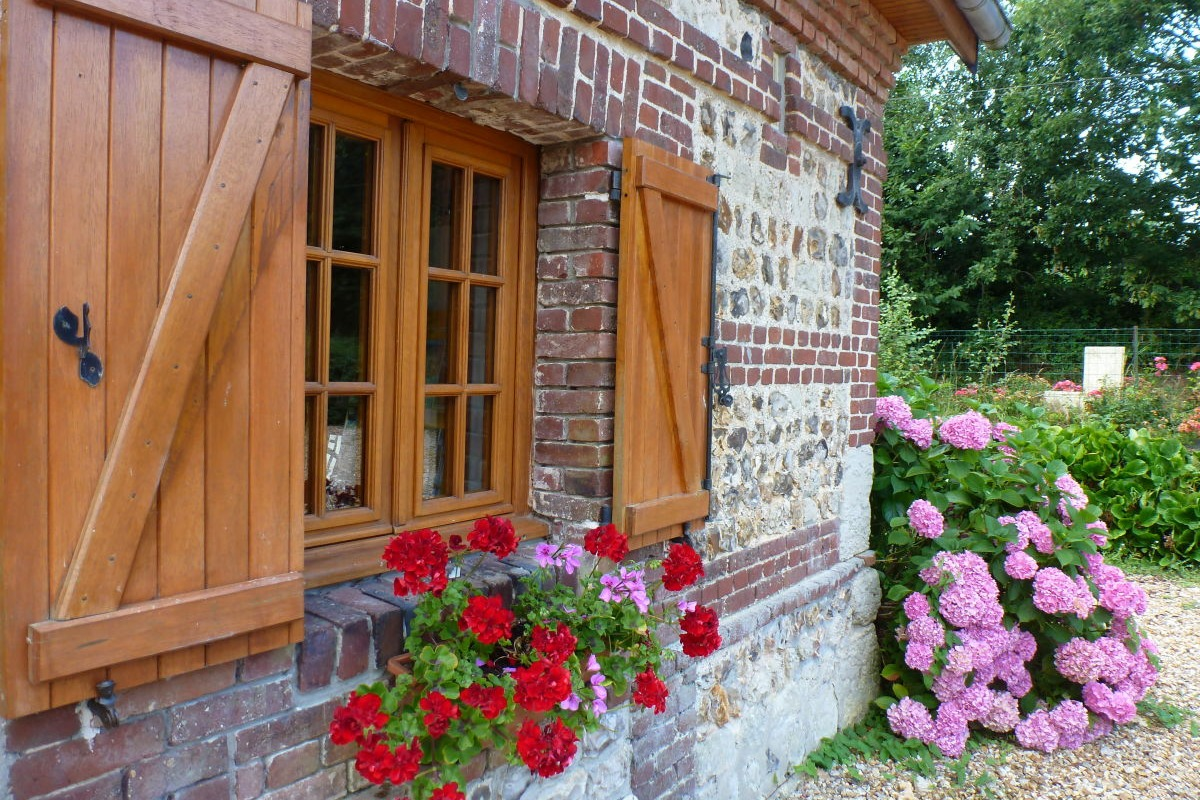 Fenêtre de cuisine donnant sur le parking - Location de vacances - Bec-de-Mortagne