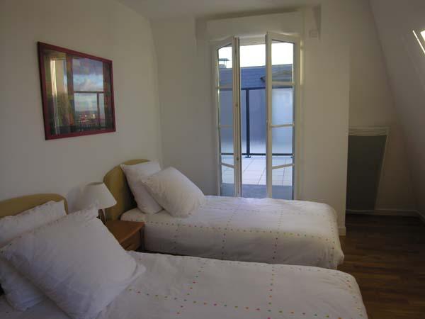 Chambre avec vue sur terrasse - Location de vacances - Saint-Cyr-l'École