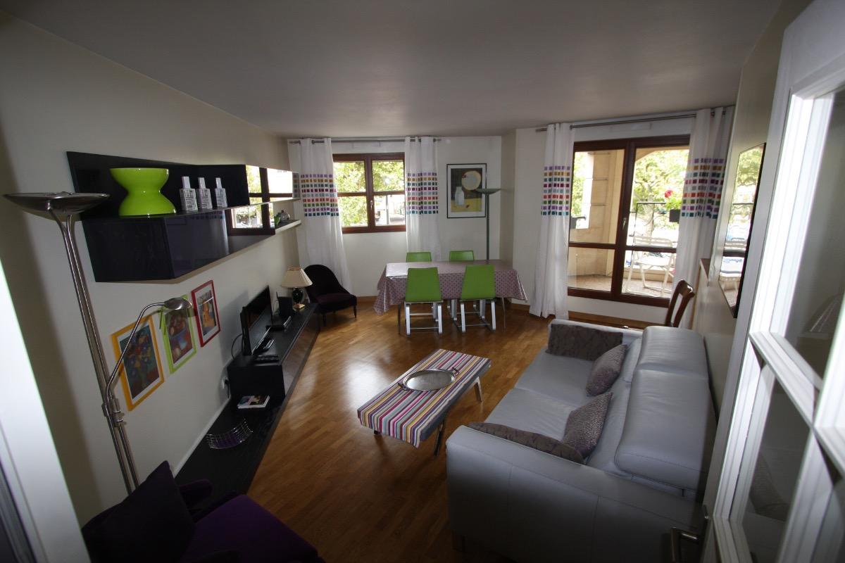 Salon avec canapé cuir convertible  - Location de vacances - Maisons-Laffitte