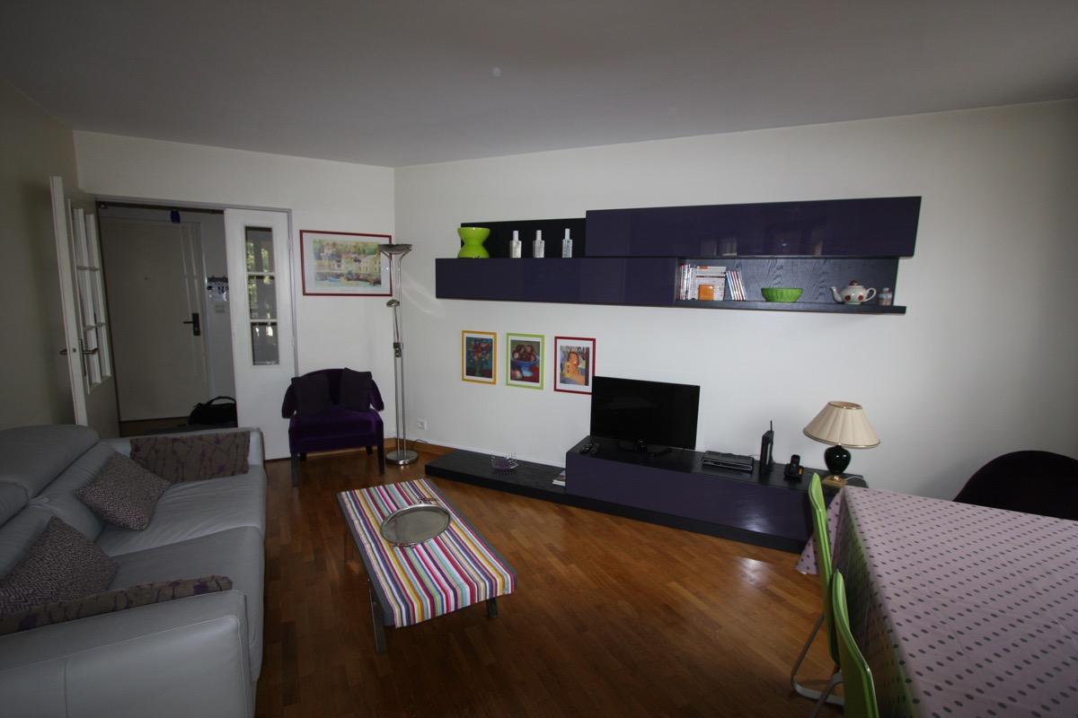 Espace salon avec vue sur l'entrée de l'appartement - Location de vacances - Maisons-Laffitte