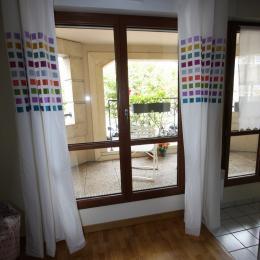 Espace salon avec vue sur loggia et avenue de Longueil - Location de vacances - Maisons-Laffitte