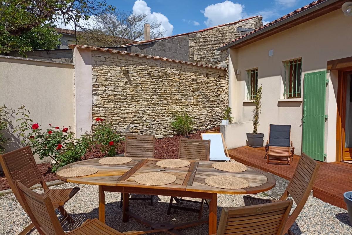 Le salon avec canapé clic-clac - Location de vacances - Arçais