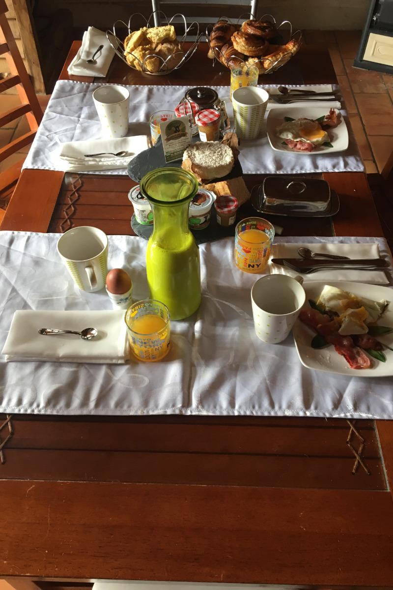 Petit déjeuner avec lait et fromage de la ferme, confitures et yaourts maison entre autre.. A venir déguster. - Chambre d'hôtes - Les Fosses