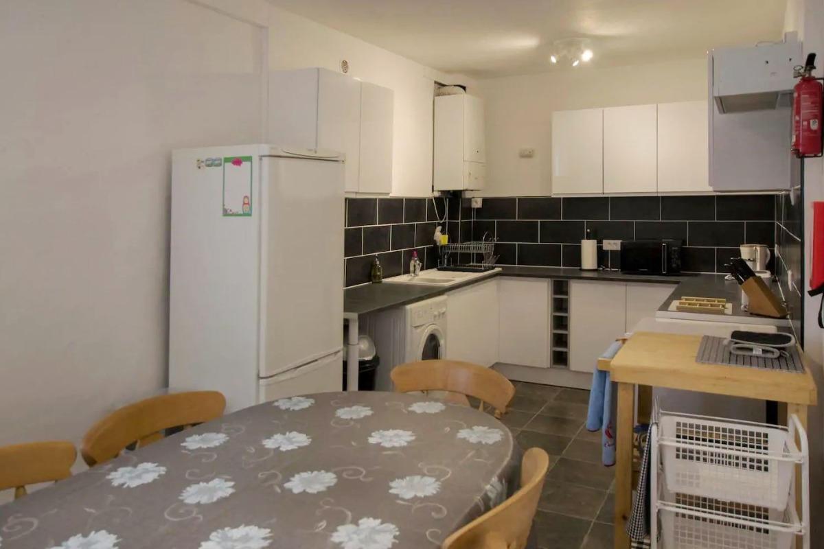 La cuisine ouverte sur le séjour - Location de vacances - La Chapelle-Thireuil