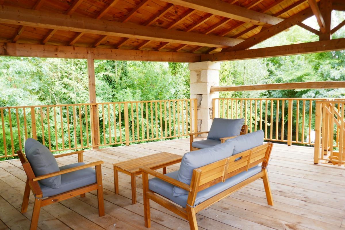 Venez vous détendre sur la terrasse de l'embarcadère. Véritable appel à la détente dans un écrin de verdure. - Location de vacances - Le Vanneau-Irleau