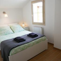 Les plaisirs d'Irleau : chambre 1 avec son lit de 140 x 200 avec sa vue sur l'embarcadère privé et la rivière. - Location de vacances - Le Vanneau-Irleau