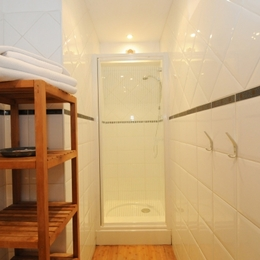 salle de bain chambre orange - Chambre d'hôtes - Charleville-Mézières