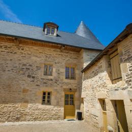 gîte vu de la cour - château de Charbogne - Location de vacances - Charbogne
