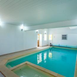 piscine intérieure chauffée - château de charbogne - Location de vacances - Charbogne