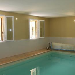 piscine intérieure chauffée - Location de vacances - Charbogne