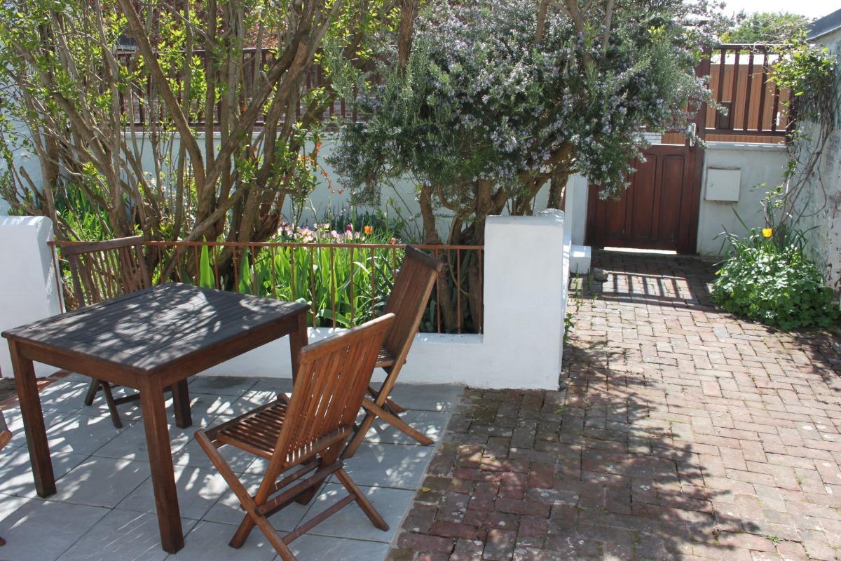 Meublé situé dans une rue calme.Courette et jardinet clos et fleuris. - Location de vacances - Cayeux-sur-Mer