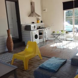 Le coin cuisine / salle à manger donnant sur la cour  - Location de vacances - Le Crotoy