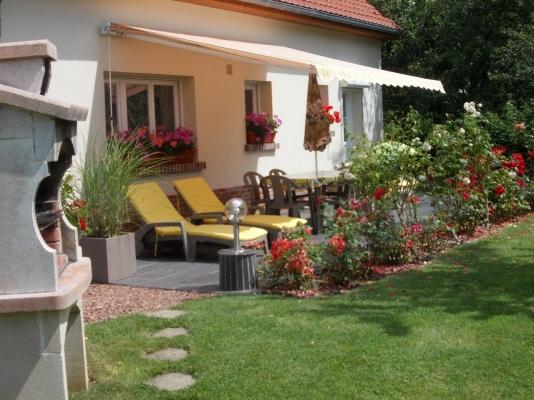 la belle terasse fleurie  avec sont store banne est ses bains de soleil  - Location de vacances - Saint-Blimont