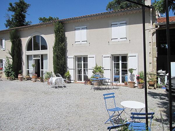 Cour, salons de jardin  - Vivier Les Montagnes - Tarn -  - Chambre d'hôtes - Viviers-lès-Montagnes