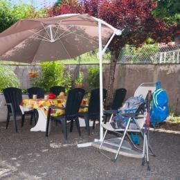 coin repas dans la cour - Chambre d'hôtes - Lacaune