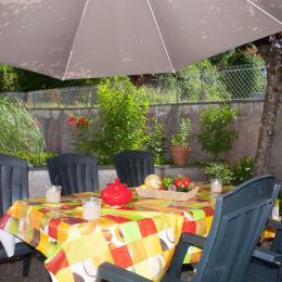 table garnie - Chambre d'hôtes - Lacaune