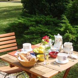 Vignoble de Gaillac (Tarn ) chambres d'hôtes Mas d'Arnal:chambre /vue sur le plan d'eau.Midi Pyrénées .Occitanie - Chambre d'hôtes - Gaillac