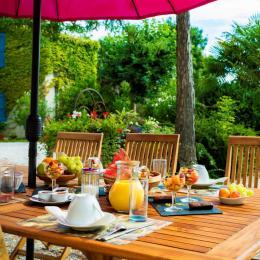 Et si on déjeunait dehors avec un petit déjeuner différent chaque jour ? - Chambre d'hôtes - Damiatte