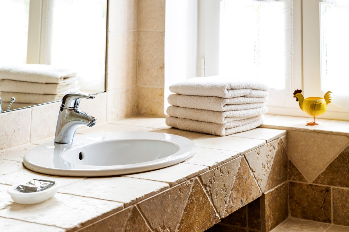 Salle de bain avec double vasque et baignoire douche - Chambre d'hôtes - Damiatte