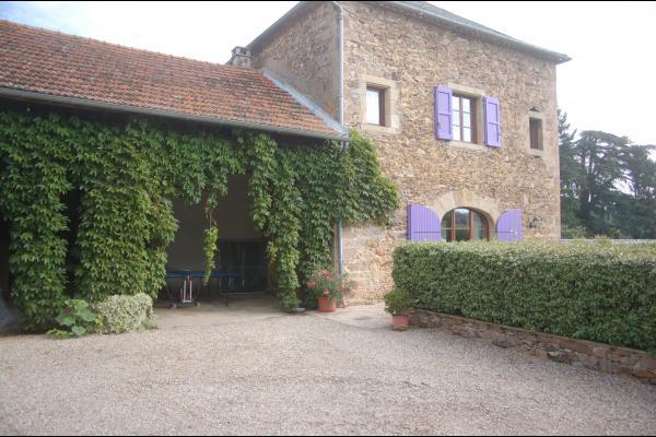 Salle de jeux à gauche et une façade du gîte  - Location de vacances - Le Ségur