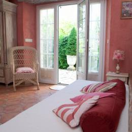 Chambre Rose au rez de chaussée- lit en 90 cm donnant de plein pied sur jardin de curé - Location de vacances - Loubers