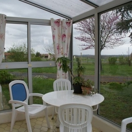 Véranda de 9 m2 avec salon de jardin - Location de vacances - Ronel