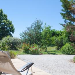 Vue du jardin devant le gîte - Location de vacances - Ambres