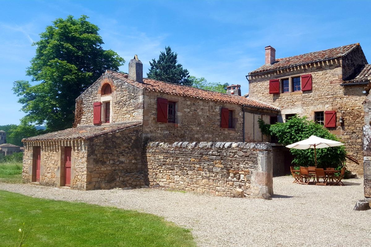 Vue de la cour avec espace ombragé - Location de vacances - Vindrac-Alayrac