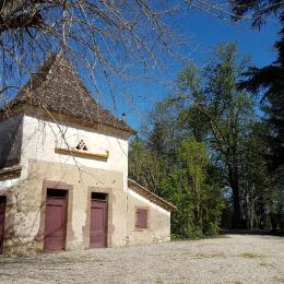 Vue extérieure du gîte avec mobilier de jardin - Location de vacances - Vindrac-Alayrac