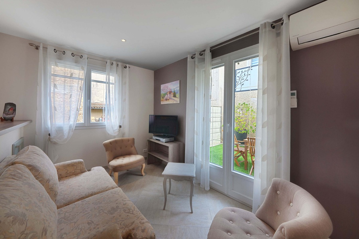 Gîte PAUMAJOLY à Saïx prés de Castres dans le tarn : cuisine - coin salon - Location de vacances - Saïx