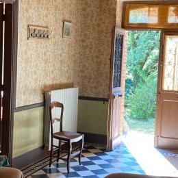 Salon côté porte d'entrée et chambre rouge - Location de vacances - Tonnac