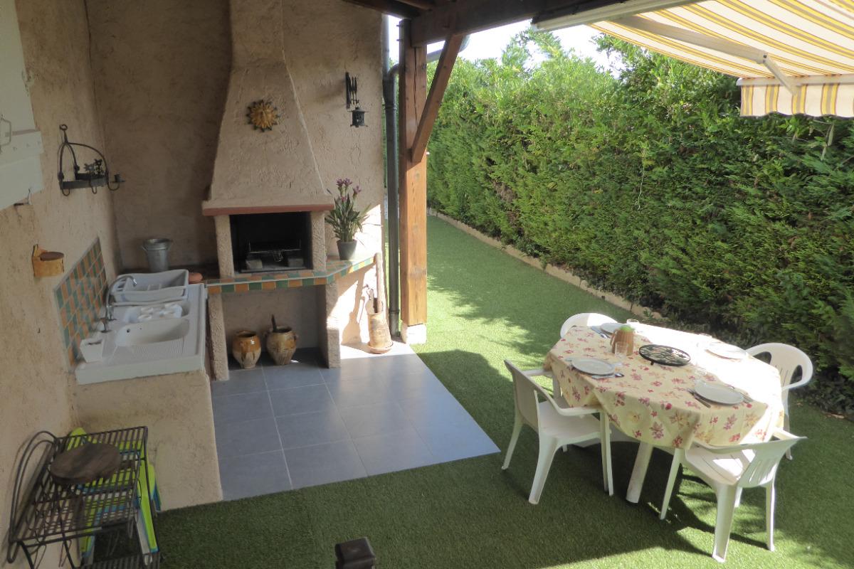 Cuisine extérieure et son barbecue - Location de vacances - Moissac